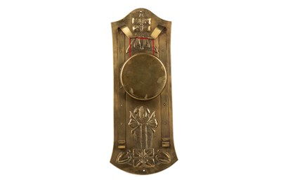 Lot 807 - AN ARTS & CRAFTS BRASS WALL MOUNTING GONG