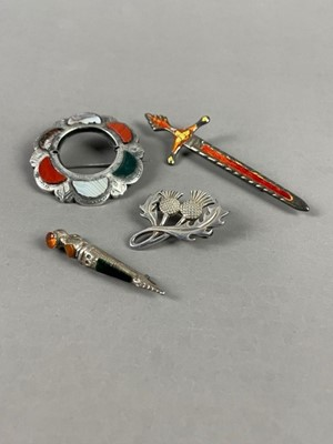 Lot 5 - A LOT OF SCOTTISH AGATE SET BROOCHES AND OTHER JEWELLERY