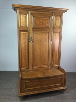 Lot 813 - AN EARLY 20TH CENTURY ARTS & CRAFTS OAK HALL SETTLE