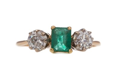 Lot 1466 - AN EMERALD AND DIAMOND RING