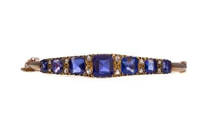 Lot 1468 - A BLUE GEM SET AND DIAMOND BANGLE