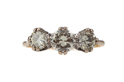 Lot 320 - A DIAMOND THREE STONE RING