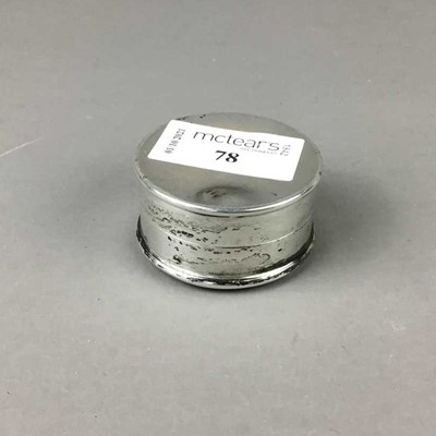 Lot 78 - A SILVER AND SIMULATED TOROISESHELL PILL BOX ALONG WITH A WHITE METAL PLAQUE