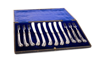 Lot 548 - A SET OF SIX EDWARDIAN SILVER HANDLED FRUIT KNIVES AND FORKS