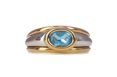 Lot 322 - A BICOLOUR BLUE GEM SET RING