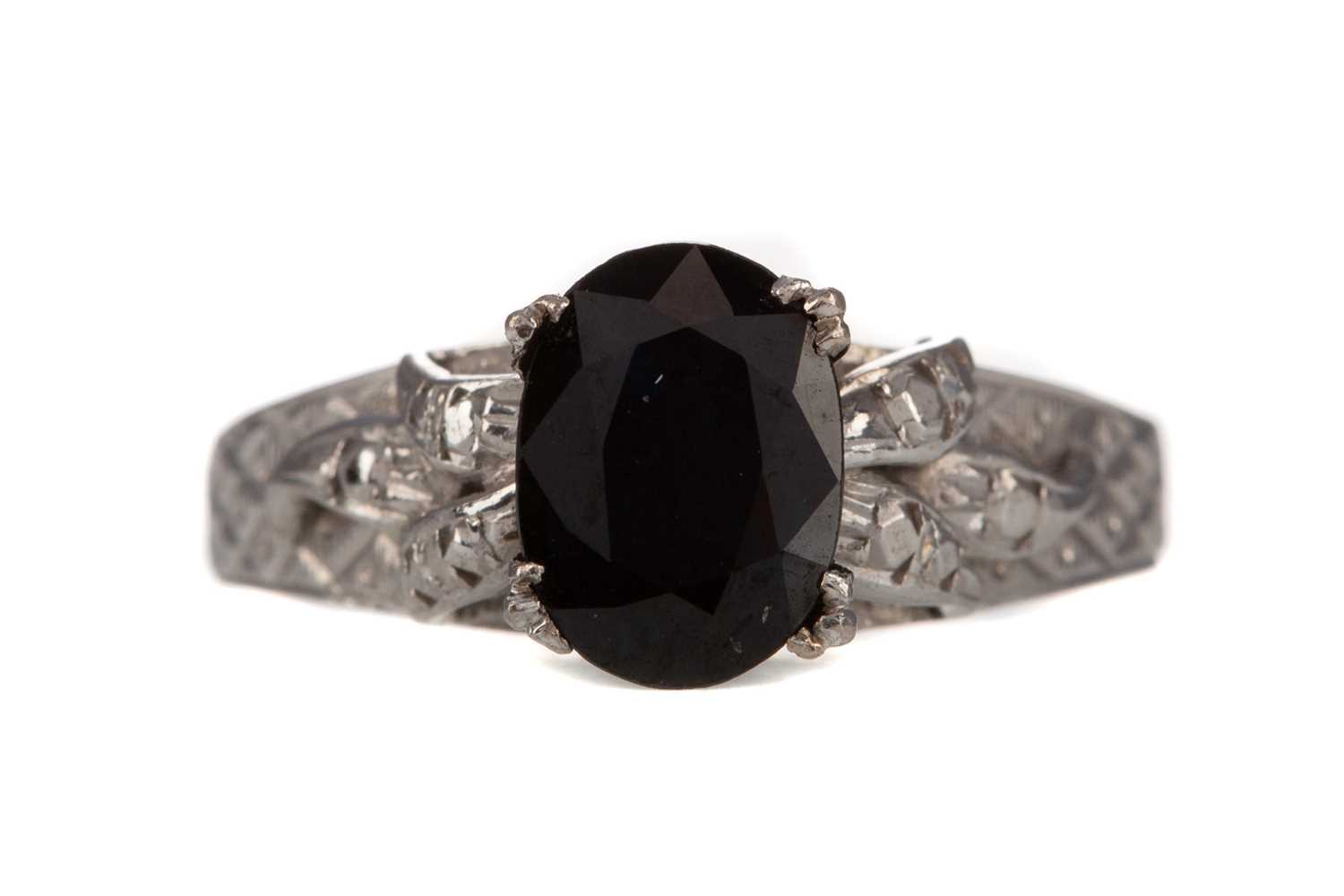 Lot 324 - A SAPPHIRE AND DIAMOND RING