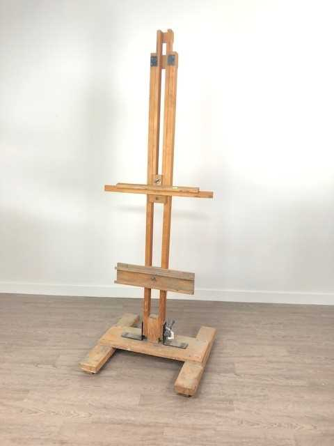 Lot A VINTAGE WOOD PAINTING EASEL