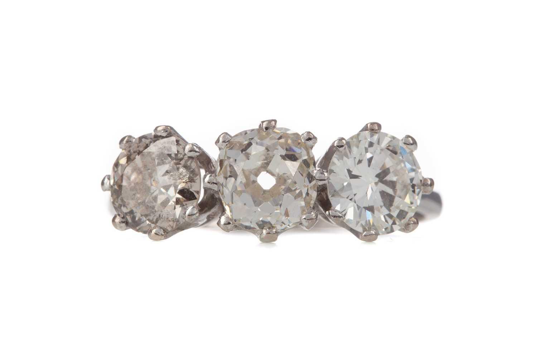 Lot 336 - A DIAMOND THREE STONE RING