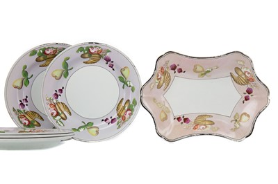 Lot 1117 - A SET OF FIVE WEDGWOOD CREAMWARE DESSERT PLATES, ALONG WITH A COMPORT