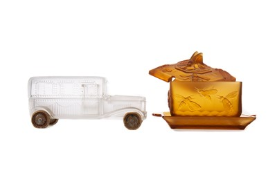 Lot 1126 - AN EARLY 20TH CENTURY AMBER GLASS PRESERVE JAR, COVER AND STAND, ALONG WITH A FROSTED GLASS JAR