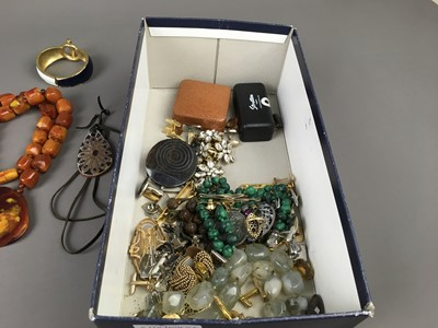 Lot 487 - A GROUP OF COSTUME JEWELLERY