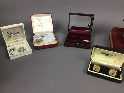 Lot 528 - A COLLECTION OF COSTUME JEWELLERY