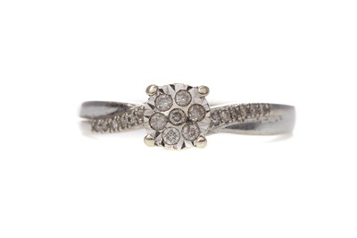 Lot 360 - A DIAMOND CLUSTER RING