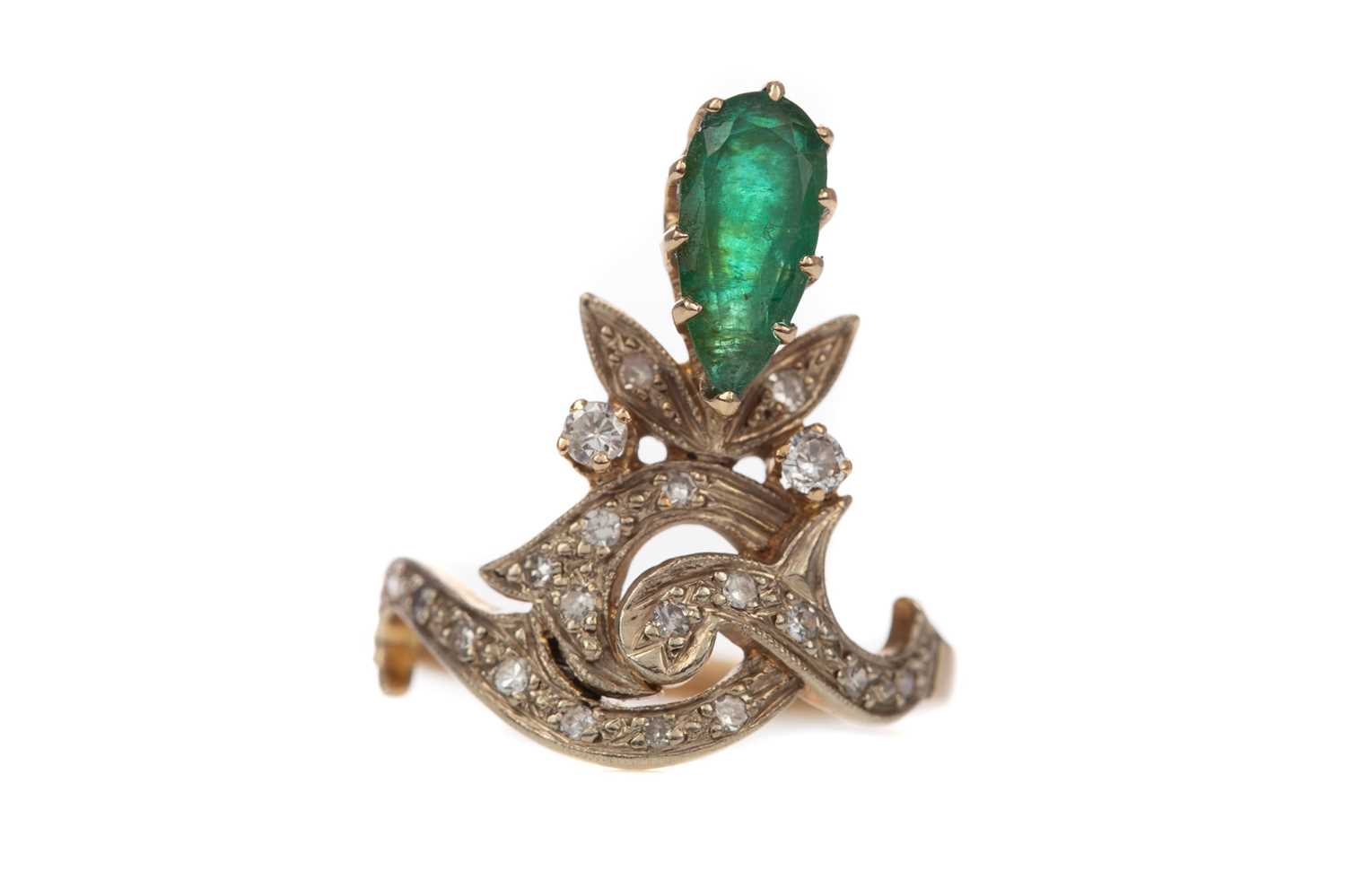 Lot 317 - AN EMERALD AND DIAMOND CLUSTER RING