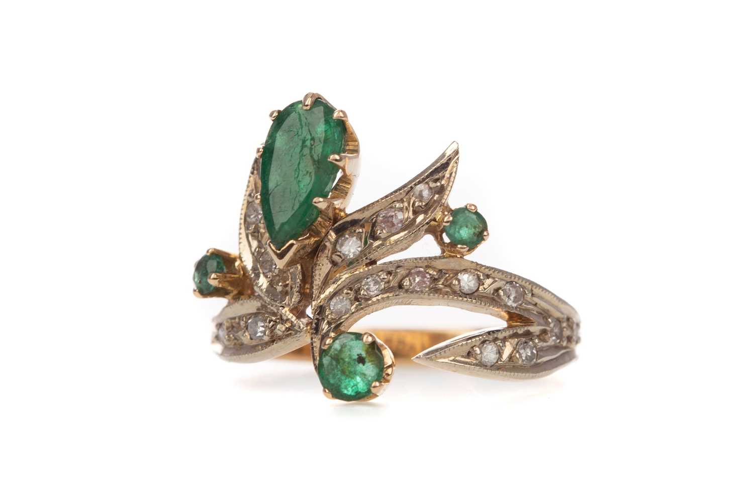 Lot 319 - AN EMERALD AND DIAMOND RING