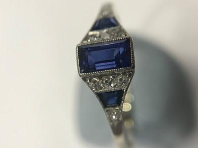 Lot 369 - ART DECO SAPPHIRE AND DIAMOND RING