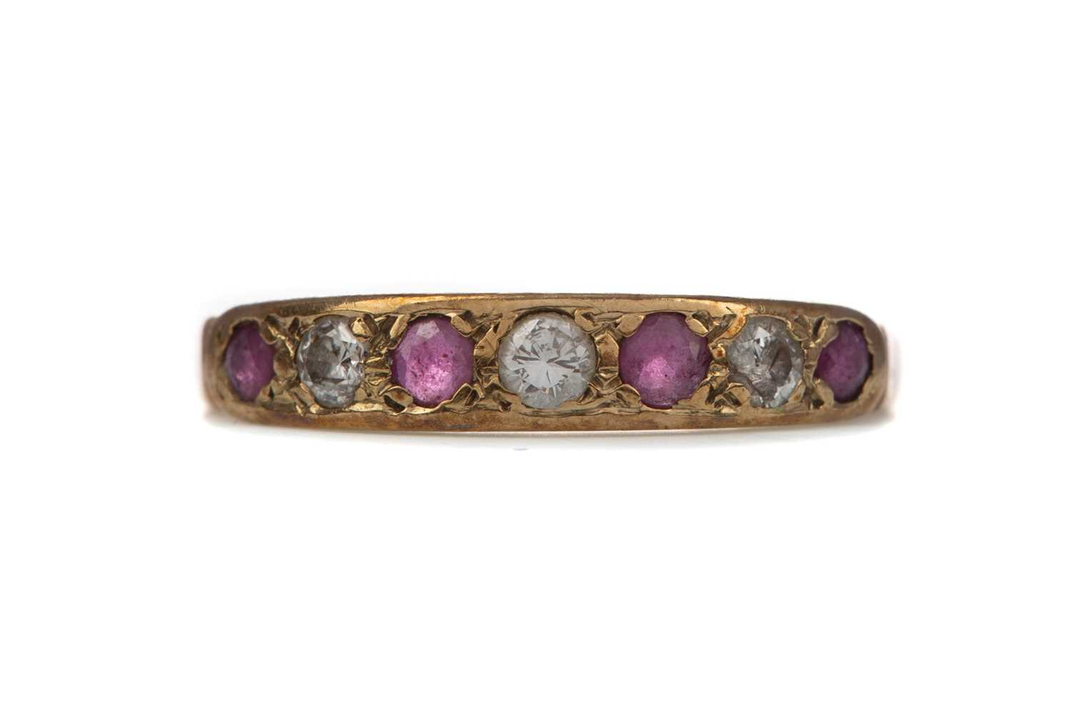 Lot 311 - A RUBY AND DIAMOND RING