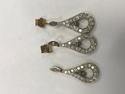 Lot 318 - A DIAMOND PENDANT AND EARRING SET