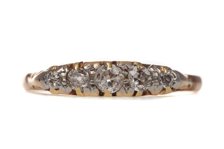 Lot 373 - A DIAMOND FIVE STONE RING