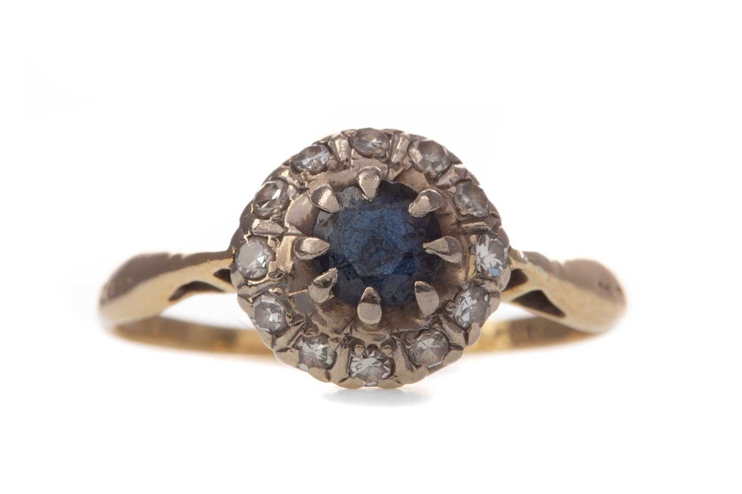 Lot 391 - A SAPPHIRE AND DIAMOND CLUSTER RING