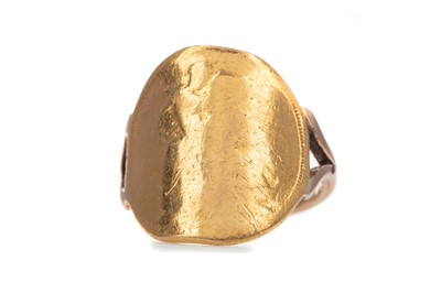 Lot 403 - A SOVEREIGN RING