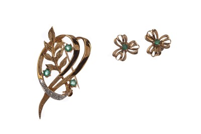 Lot 409 - AN EMERALD AND DIAMOND BROOCH AND EMERALD EARRINGS