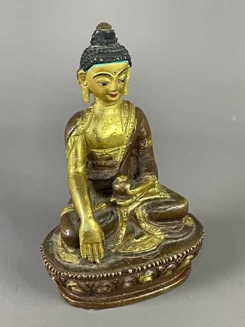 Lot 31 - A 20TH CENTURY MINIATURE BRONZE BUDDHA