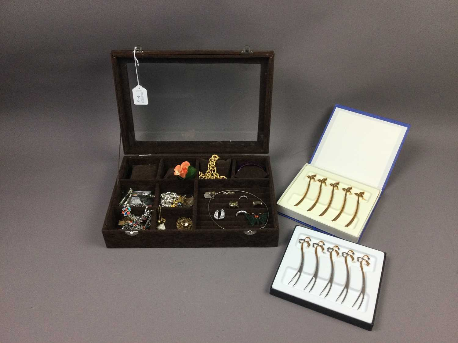Lot 24 - A COLLECTION OF COSTUME JEWELLERY