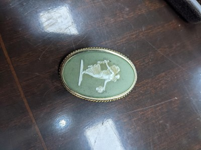 Lot 43 - A SUITE OF WEDGWOOD JASPERWARE JEWELLERY, ALONG WITH OTHER JASPERWARE