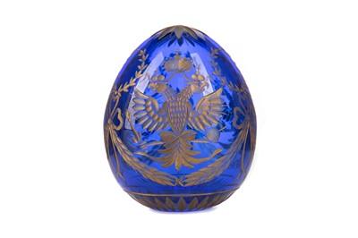 Lot 1372 - A 20TH CENTURY FABERGÉ PARCEL-GILT AND BLUE GLASS EGG