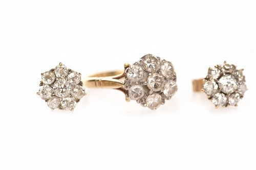 Lot 86 - EIGHTEEN CARAT GOLD DIAMOND CLUSTER RING WITH...