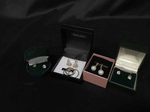 Lot 31 - LOT OF COSTUME JEWELLERY to include Swarovski...